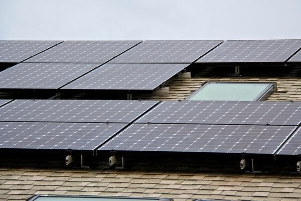 [Photo: Carl Howe, 335W SunPower solar panels in Massachusetts, 28 February 2014]