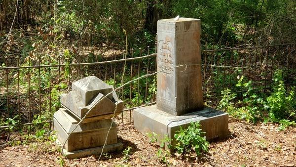 [Tall headstone, 14:31:58, 31.0267324, -83.2880452]